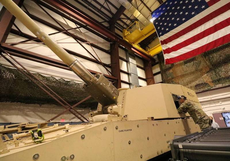 陸軍副參謀總長馬丁(Joseph Matthew Martin)(見圖)正在視察新型長程自走砲(ERCA)的自動裝彈機。(圖翻攝自美國陸軍官網)