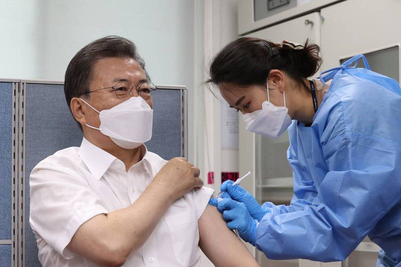 南韓總統文在寅夫婦,今(23日)上午公開施打AZ武漢肺炎疫苗。(歐新社)