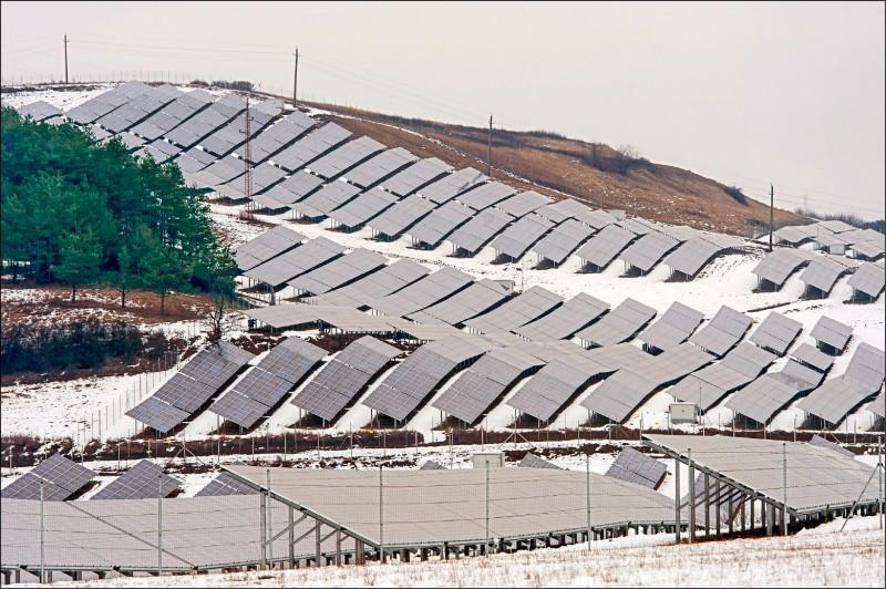 匈牙利能源公司2月間啟用的一處太陽能板公園。(歐新社)