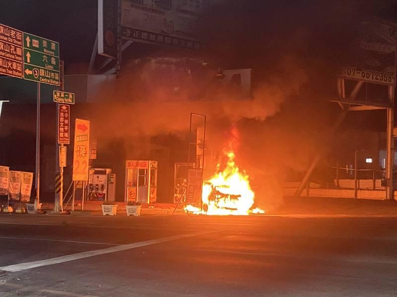 男子駛車撞擊加油站的加油島後起火。(民眾提供)