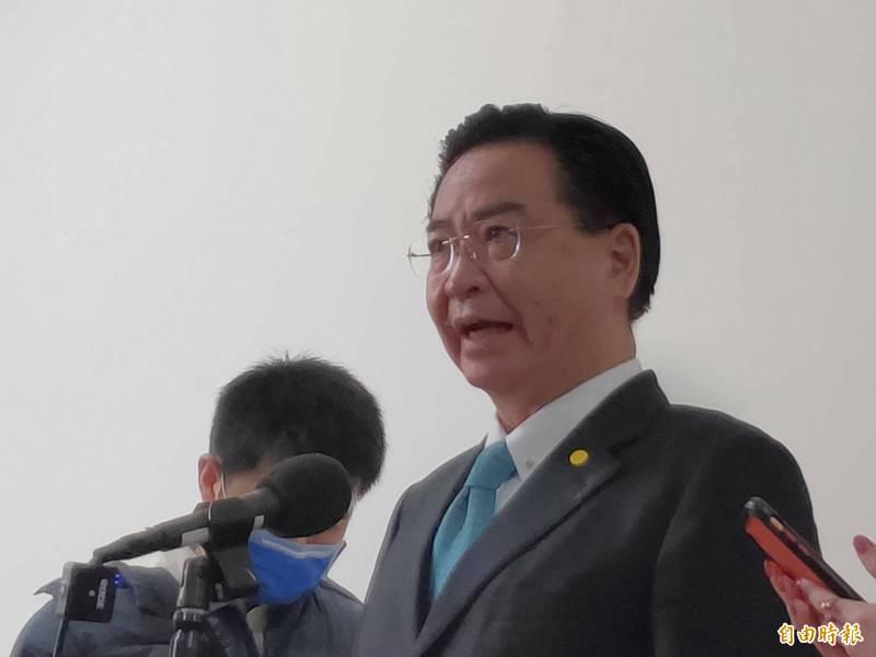 外交部長吳釗燮接受媒體聯訪。(記者呂伊萱攝)