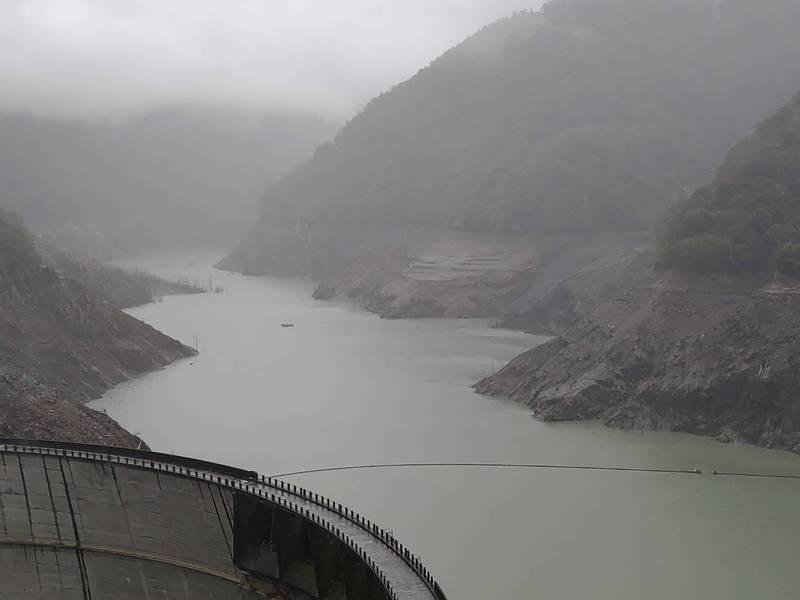 因持續下雨,德基水庫裸露的岩層也出現濕潤狀況。(民眾提供)