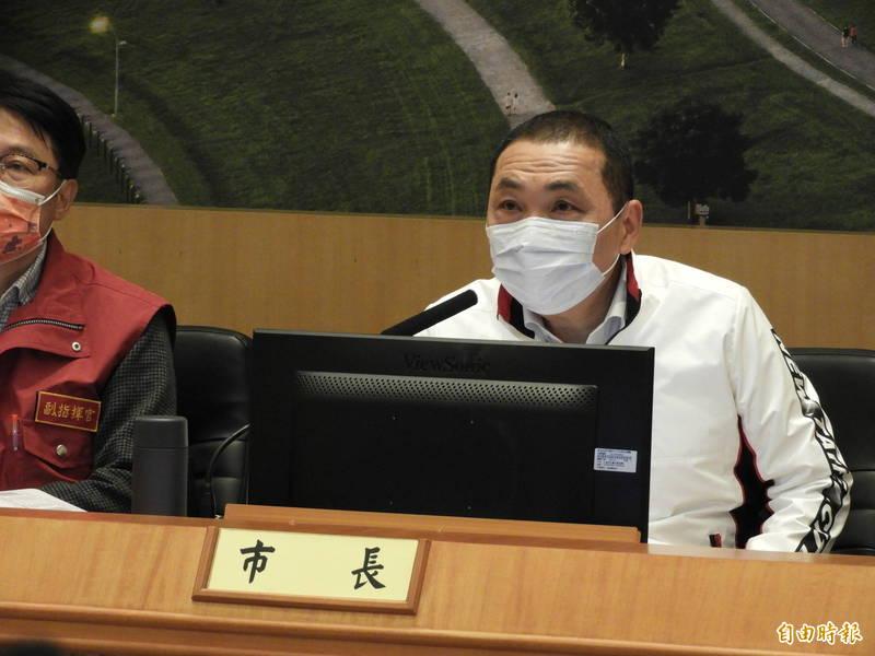 新北市長侯友宜感謝中央再配發AZ疫苗補足數量。(記者賴筱桐攝)