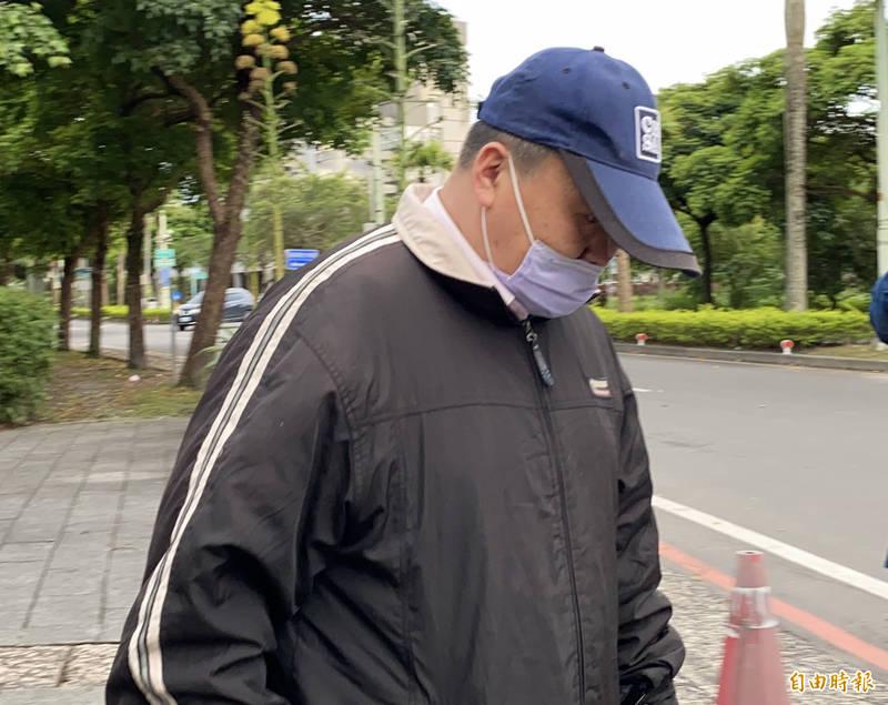 游姓司機下午5點20分左右離開宜蘭地檢署。(記者蔡昀容攝)