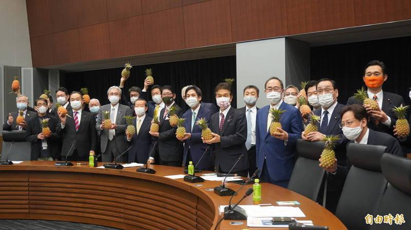 日本自民黨「保守團結之會」力挺台灣,今天舉辦讀書會邀駐日代表謝長廷發表專題演說,主辦單位更準備大批台灣鳳梨讓與會的議員認購。(記者林翠儀攝)
