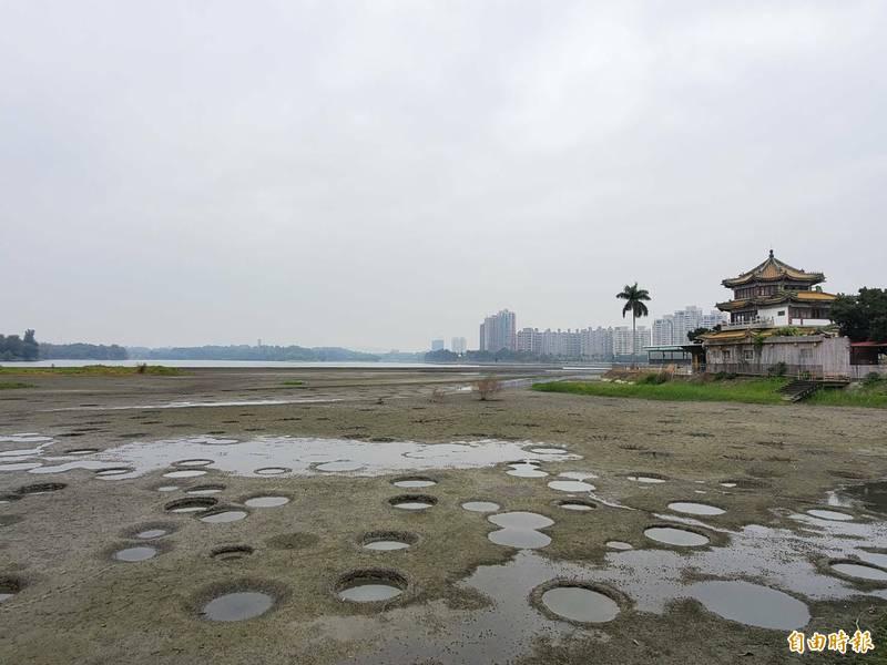 高雄澄清湖近來沙洲浮現,得月樓旁乾涸見底。(記者陳文嬋攝)