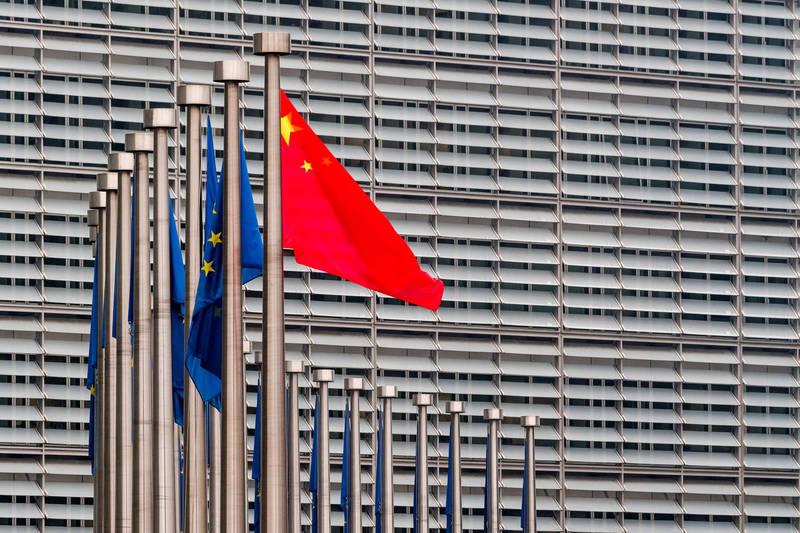 面對中國實施的報復性制裁,歐洲議會22日宣布暫停中歐投資協定的審議。(彭博)