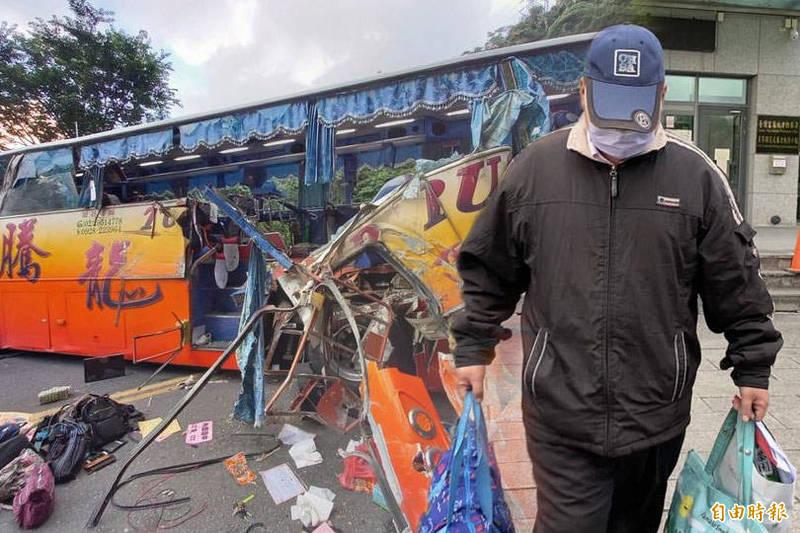 騰龍通運遊覽車16日在蘇花公路下坡過彎時,側面撞山壁,造成6死39傷,肇事的游姓司機今天早上出院,到宜蘭地檢署複訊。(本報合成)