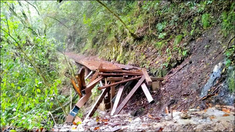 霞喀羅國家步道16.2公里處連接棧橋遭落石砸毀中斷,影響通行。(新竹縣尖石鄉Yulu文化生態發展協會提供)