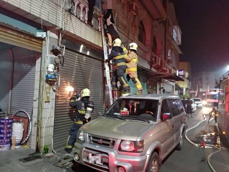高雄林園民宅24日深夜失火,警消架設雙節梯救下屋主等4人。(民眾提供)