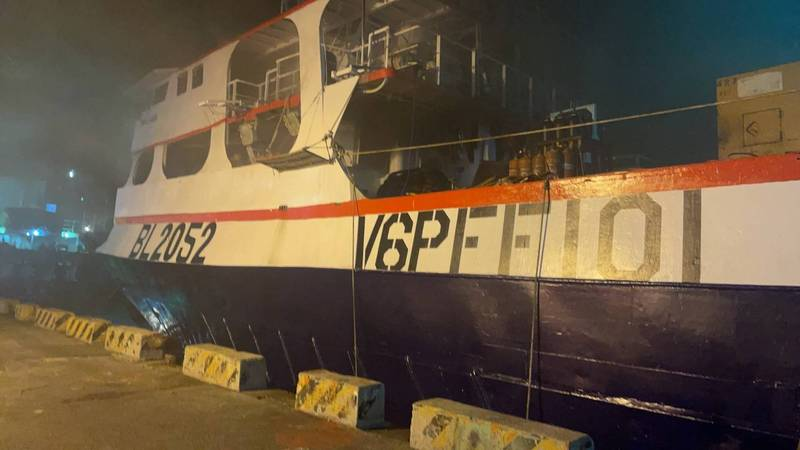 停靠在前鎮漁港碼頭的「百富301號」漁船傳出火警。(讀者提供)