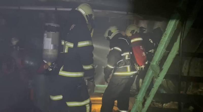 消防人員進入船艙內灌救。(讀者提供)