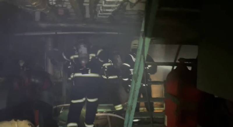 消防人員挺進船艙灌救。(讀者提供)
