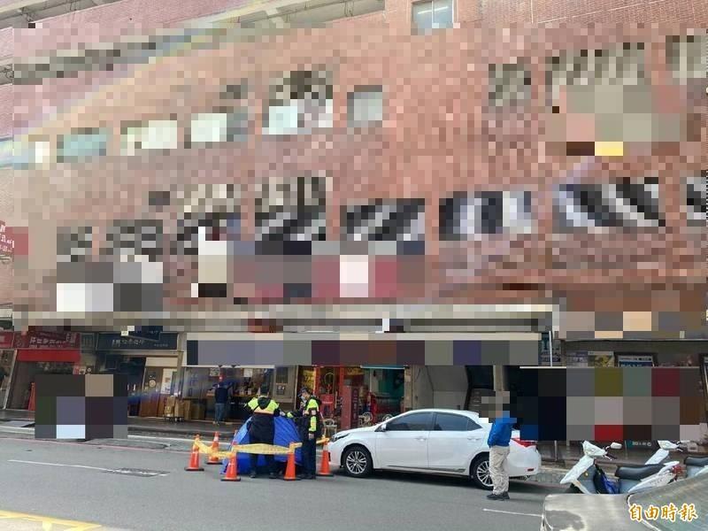 新竹縣竹北市區一家大賣場今下午1點多發生一名年輕女子墜樓事件,全案警方正調查中。(記者廖雪茹攝)