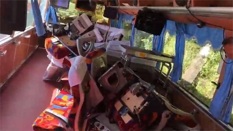 運安會指出,包含107年台62線快速道路大埔交流道遊覽車撞路邊護欄事故在內,多起遊覽車事故都有發現座椅與車體安裝有系統性問題,靠窗座位用U型夾固定。(圖:運安會提供)
