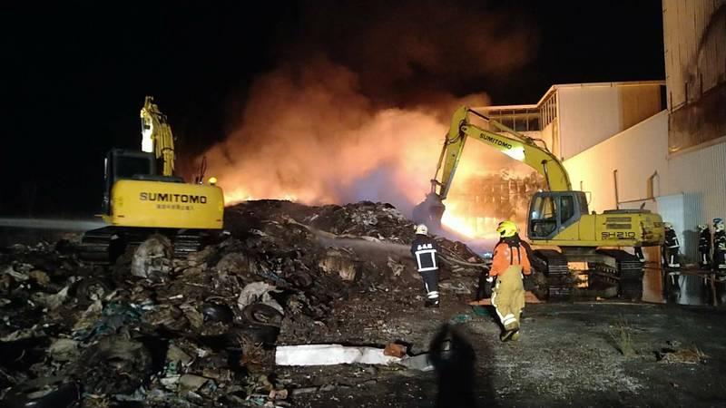 水上鄉一處廢棄工廠堆置大量廢棄物,23日深夜發生火警,到25日早上才撲滅。(記者林宜樟翻攝)