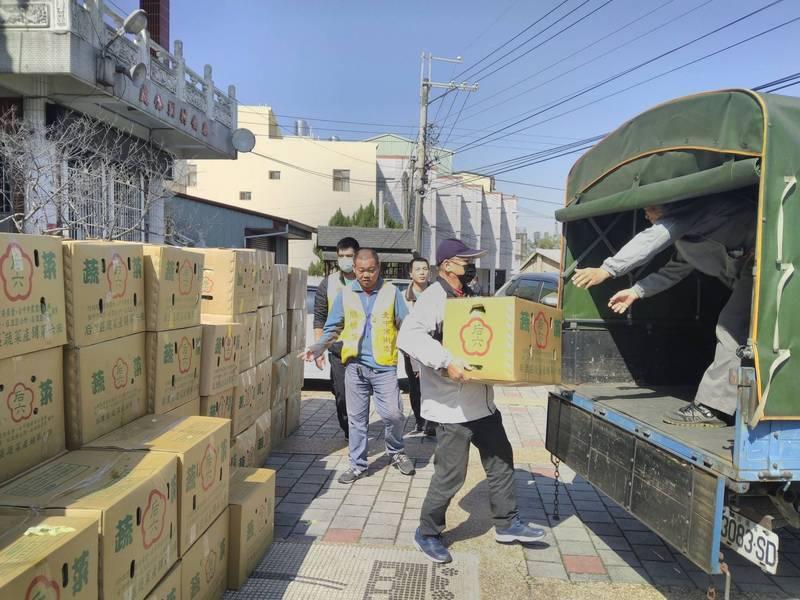 台中市政府以行動支持本土農業,向農民購買1萬3400公斤高麗菜。(農業局提供)