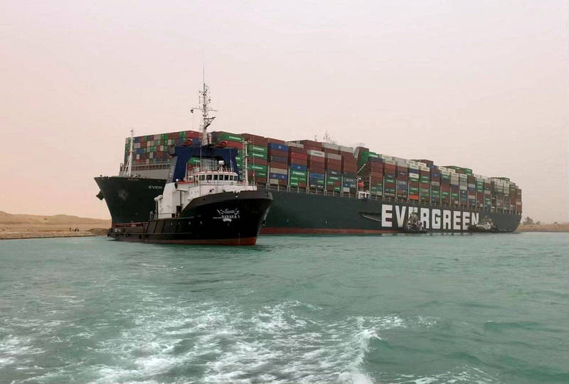 長榮海運貨櫃輪「長賜輪」23日擱淺於蘇伊士運河,造成造成雙向航道阻塞,目前仍未脫困。(法新社)