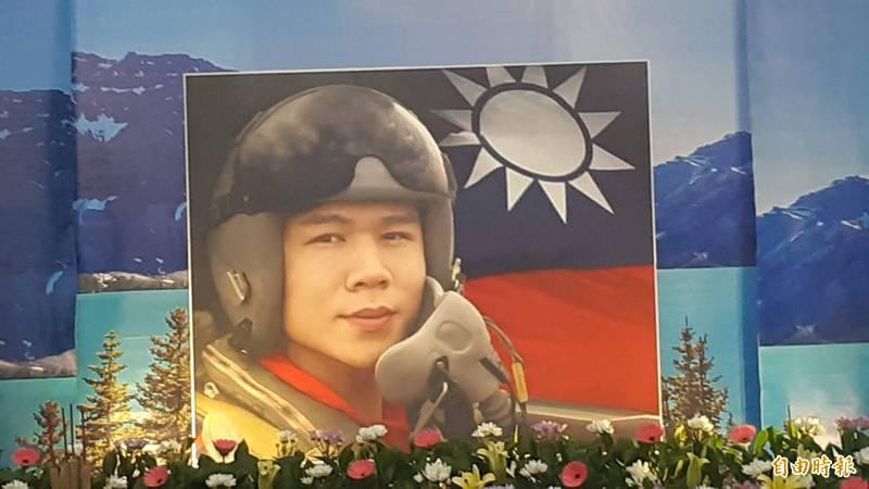 空軍飛官朱冠甍中校去年10月29日駕駛同型機墜海,雖彈射卻仍傷重殉職。(資料照)