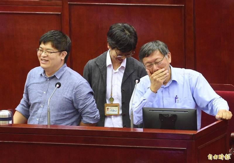 邱昱凱(左1)升任悠遊卡公司總經理,藍、綠議員批評柯文哲(右1)酬庸自己的人馬。(資料照)