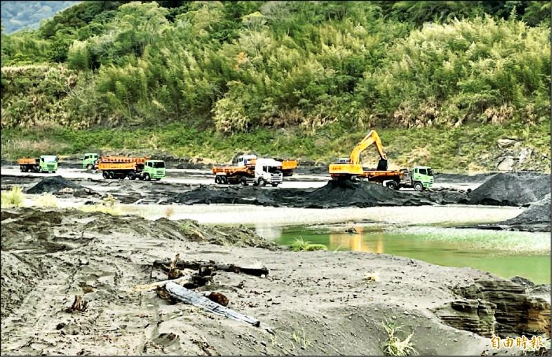 水利署昨強調,去年清淤量已達歷史新高的一四四○萬立方公尺,是歷年平均值的二.六倍。圖為石門水庫上游的羅浮陸挖清淤。(資料照,記者李容萍攝)