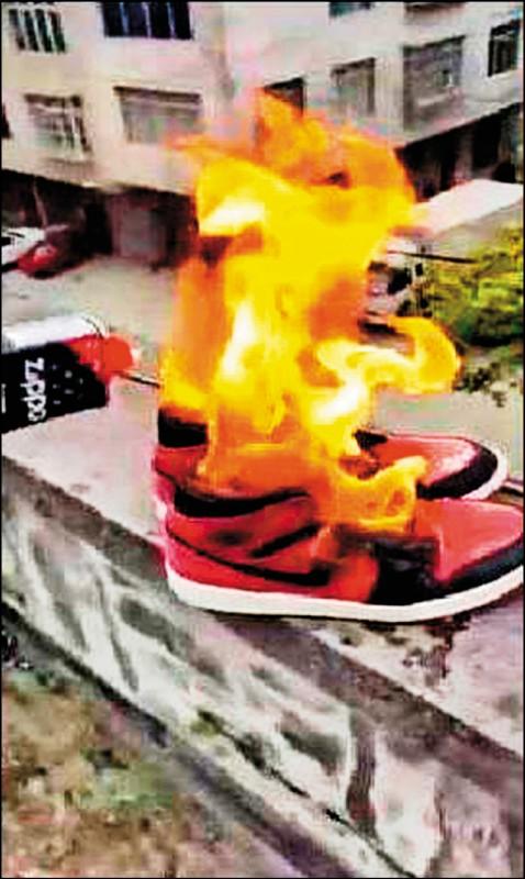 中國網友焚燒Nike球鞋,PO網洩憤。(取自微博)