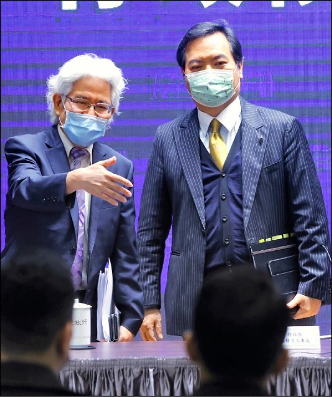 政委兼發言人羅秉成(右)、人事行政總處人事長施能傑(左)昨說明數位發展部法案內容。(中央社)
