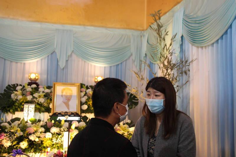 台東市長張國洲昨天悼唁羅尚樺,慰問羅妻。(台東市公所提供)