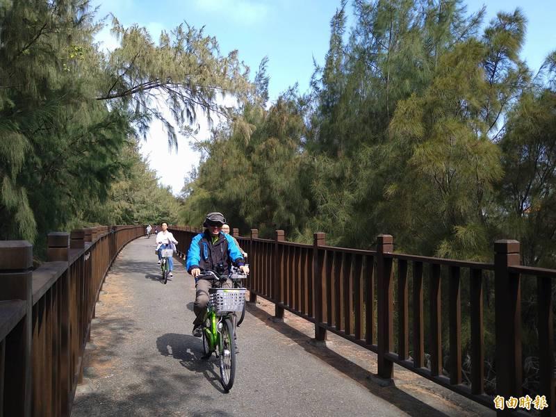 台南市黃金海岸自行車道,完善的步道結和海岸景觀,比起國外自行車道毫不遜色。(記者蔡文居攝)