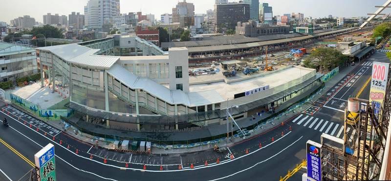 台南車站後站要搬家了,臨時後站跨站天橋通往前站的全景。(擷自交通部鐵道局臉書)