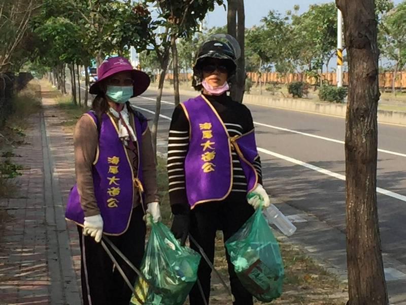 迎接大道公生日,台江分校師生倡議為家鄉掃地,今天前往海尾寮排水線淨堤。(社大台江分校提供)