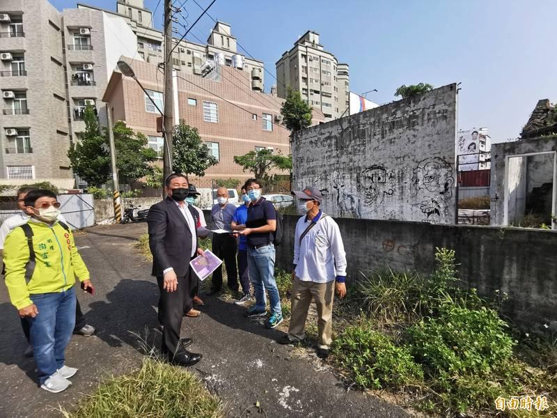 飛雁新村閒置,立委王定宇(左2)協助爭取食物銀行進駐。(記者吳俊鋒攝)