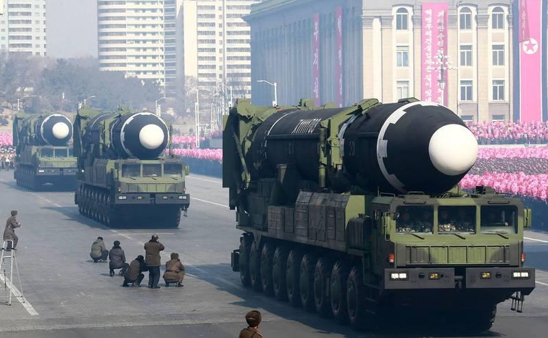北韓當前很可能擁有超過60枚核彈,並已順利通過試驗,可搭載於火星15彈道飛彈等洲際彈道飛彈(見圖),以核武襲擊美國本土。(法新社)