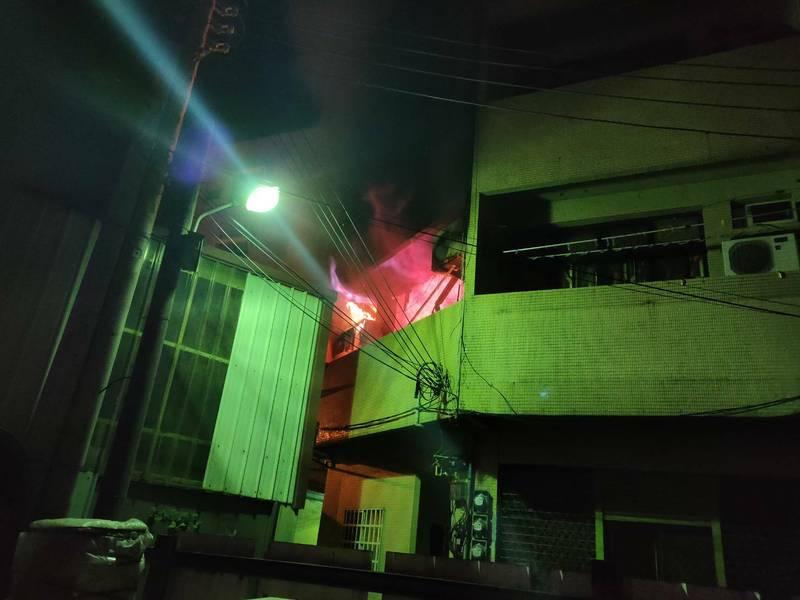 清水街民宅2樓起火。(記者張軒哲翻攝)