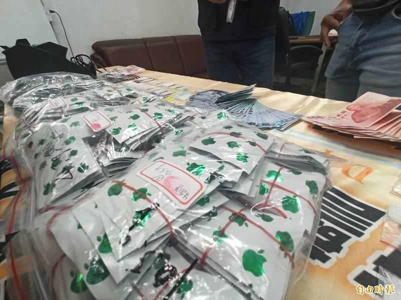 高市刑大逮捕販毒集團成員,查獲市價超過50萬元毒咖啡包和K他命。(記者黃佳琳攝)