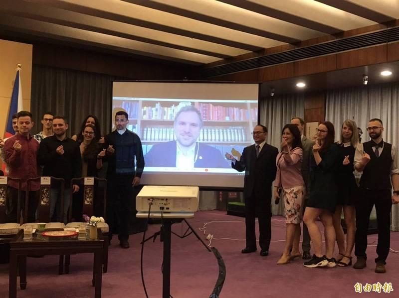 首批獲得台捷獎學金的11名捷克留學生,已於今年一月底台,昨於外交部舉行經驗分享會;也曾在台灣留學的捷克布拉格市長賀吉普透過視訊參與(記者彭琬馨攝)
