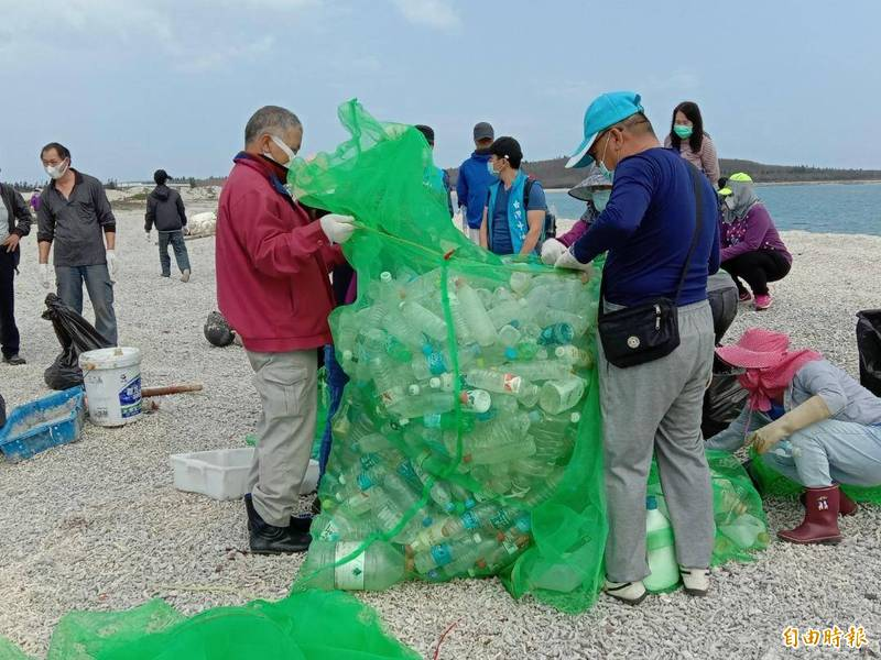 今年湖西鄉公所春季淨灘,首次使用綠色塑膠袋。(記者劉禹慶攝)