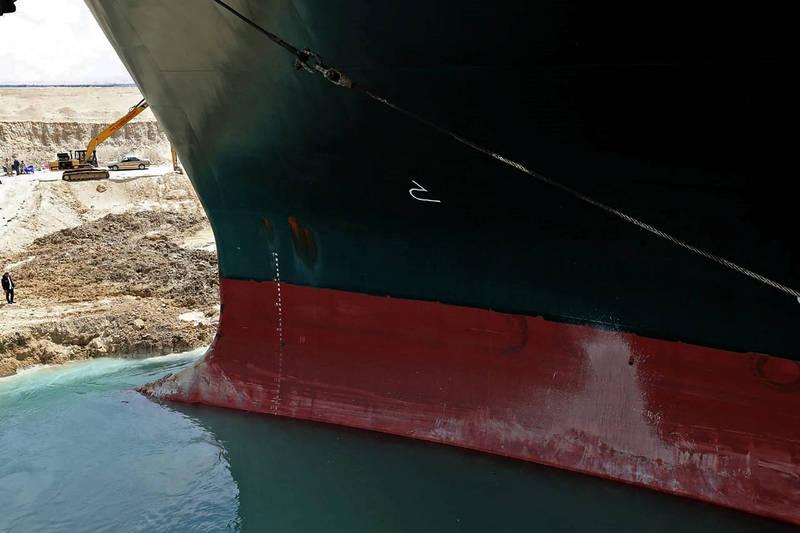 《華爾街日報》今引述知情人士稱,長賜輪有機會在今天脫淺,並拖至港口進行檢查,以便讓等待多時的270艘貨船可以順利通行。(法新社)