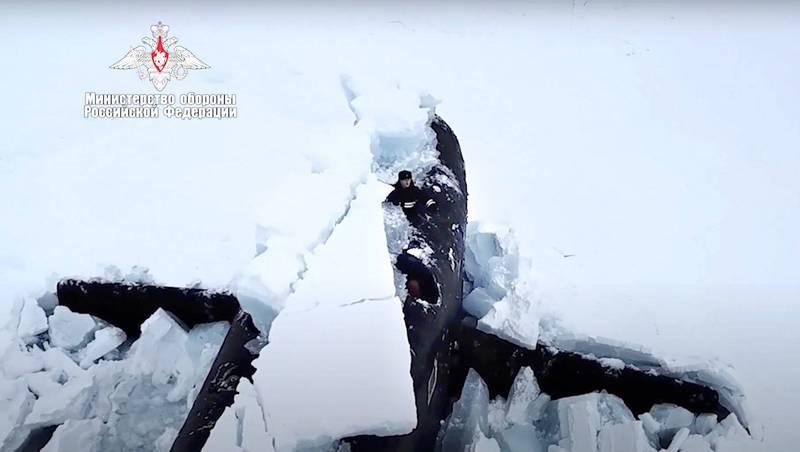 俄羅斯3艘核動力潛艦同時突破1.5公尺的北極冰層浮上水面,官兵向空拍機揮手致意。(美聯社)
