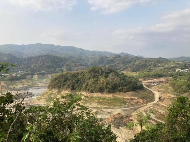 有民眾今天(27日)到苗栗縣三義鄉鯉魚潭水庫查看水情,發現「真的見底了」。(圖取自PTT)