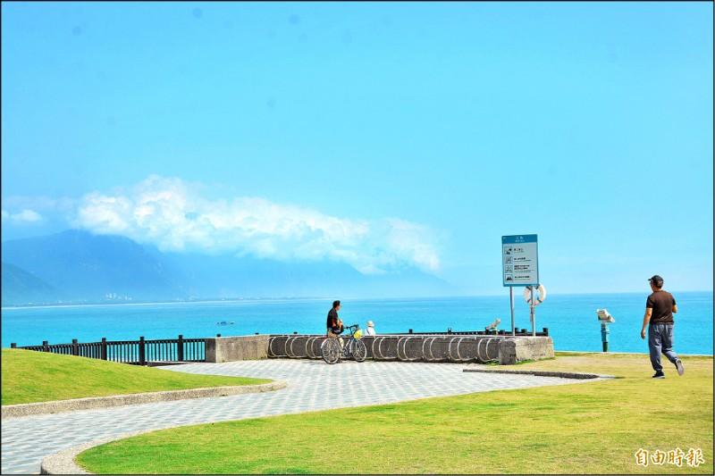 七星潭海岸風景特定區岸際風景優美,深受遊客歡迎。(記者王峻祺攝)
