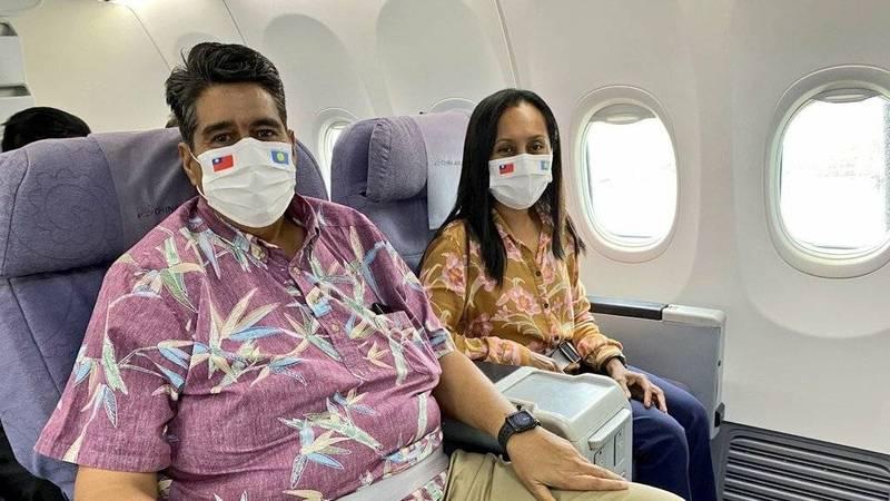 帛琉總統惠恕仁(Surangel Whipps, Jr.)伉儷雙雙戴上台帛國旗口罩出發,訪問團預計於今天下午4時抵達台灣桃園機場,展開5天訪問。(取自外交部推特)