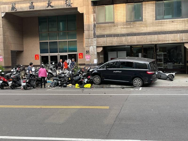陳姓駕駛疑撿充電線誤踩油門,轎車暴衝撞毀2轎車、16機車。(讀者提供)