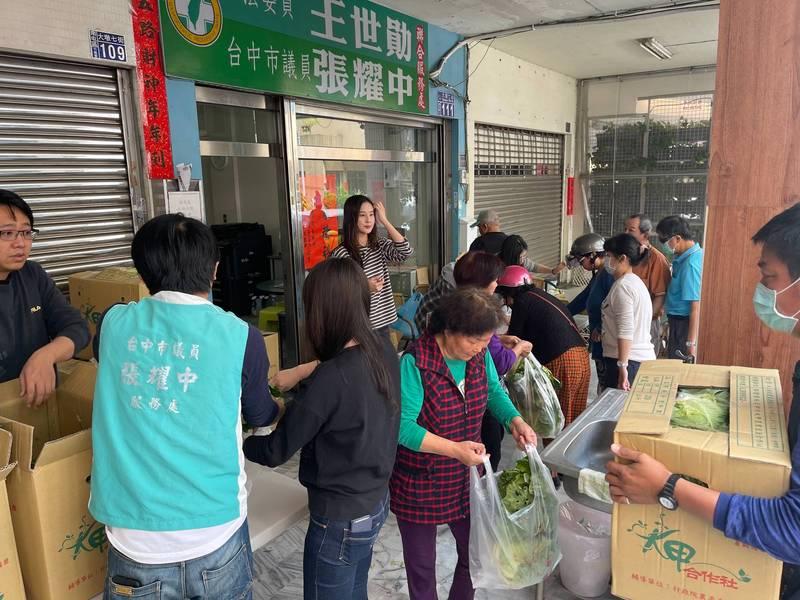 高麗菜價格低落,台中市議員張耀中和熱心警友則是買了1800顆高麗菜再義賣。(張耀中提供)