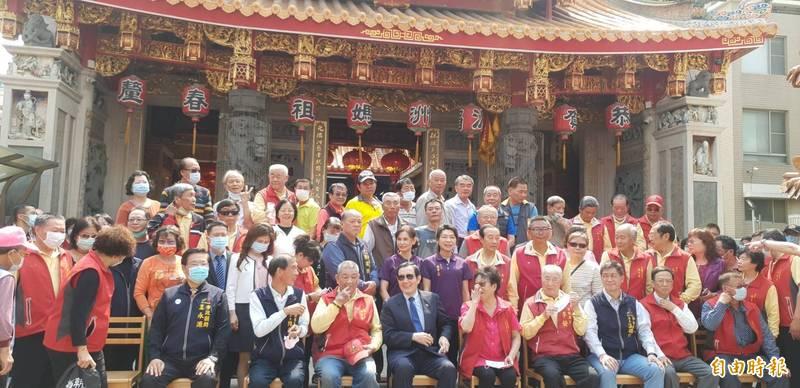 前總統馬九到台中市梧棲區朝元宮參拜,針對核四問題表示,應等公投過後再決定燃料棒去處比較好。(記者歐素美攝)