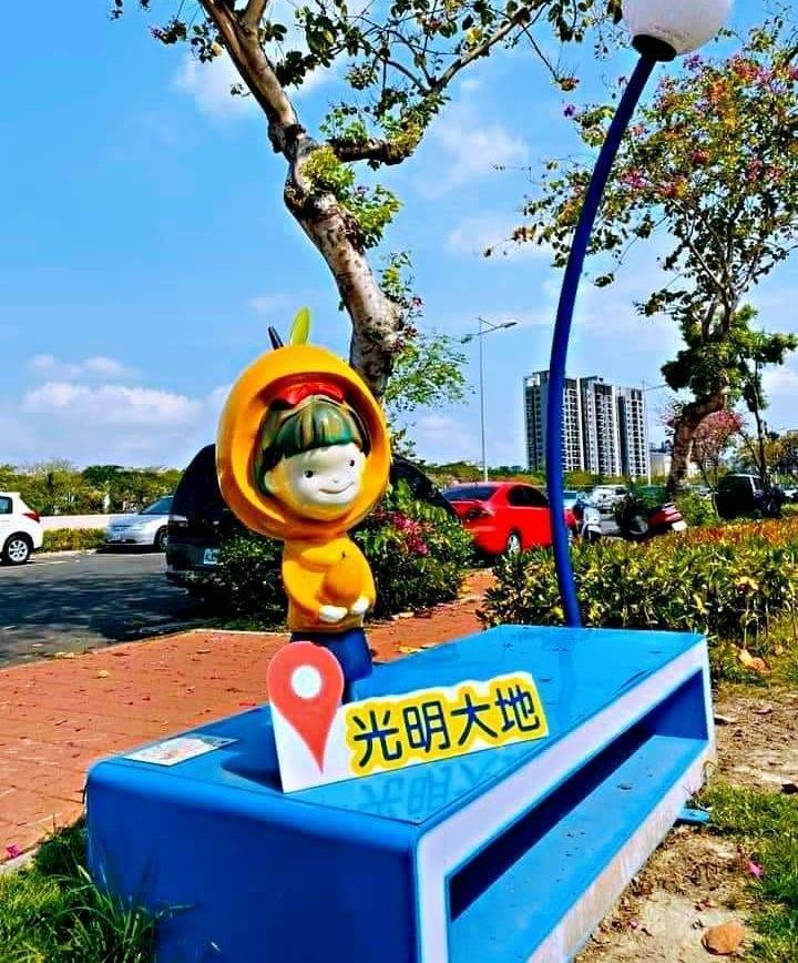 太平區 「光明大地」公園內擺設的「枇杷公主」藝術雕像,25日發現被人拿走,里長已通知警方調查。(記者陳建志翻攝)