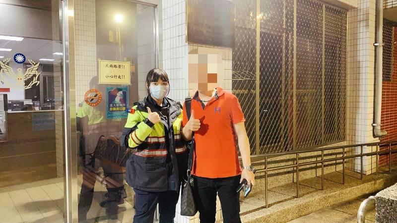 長相甜美的女警楊琍予成功協助呂男將到山區找回手機。(記者吳昇儒翻攝)