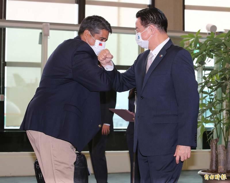 帛琉總統惠恕仁(左)今天下午4時抵台展開為期5天的訪問行程,外交部長吳釗燮(右)前往機場迎接,2人以撞擊手臂取代握手。(記者姚介修攝)