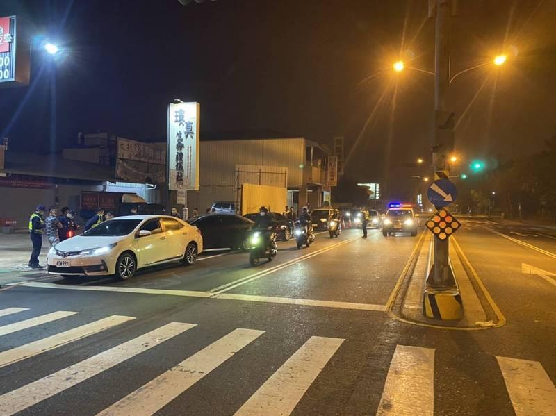 今年二月二十三日晚間台南安平角頭陳建文遭槍殺身亡,遺體運到市立殯葬所,警方在所外做路檢。(圖:警方提供)
