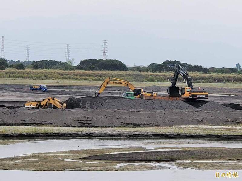 高屏溪加速進行清淤工程。(記者陳文嬋攝)